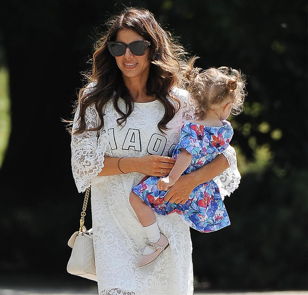 Weronika Rosati w białej sukience z córką