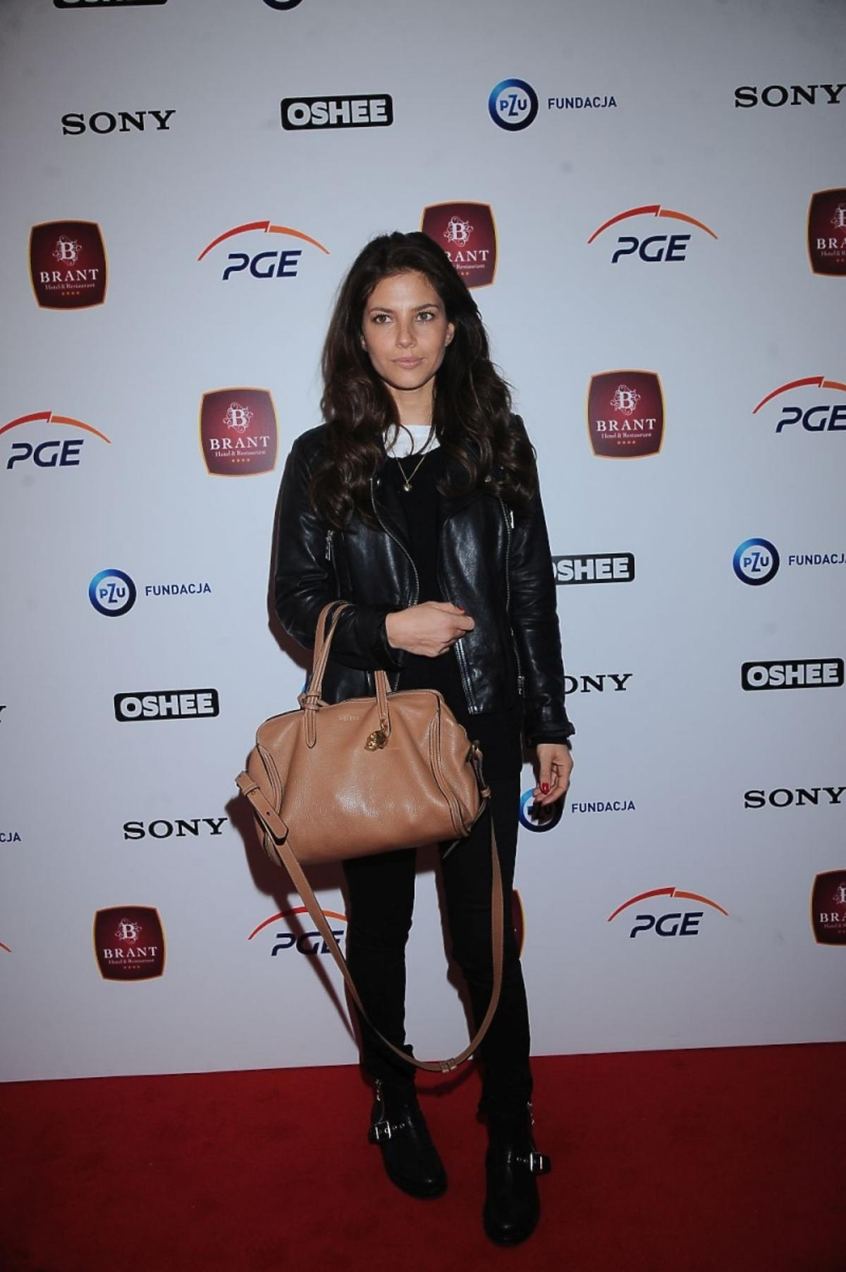 Weronika Rosati w czarnych spodniach i kurtce