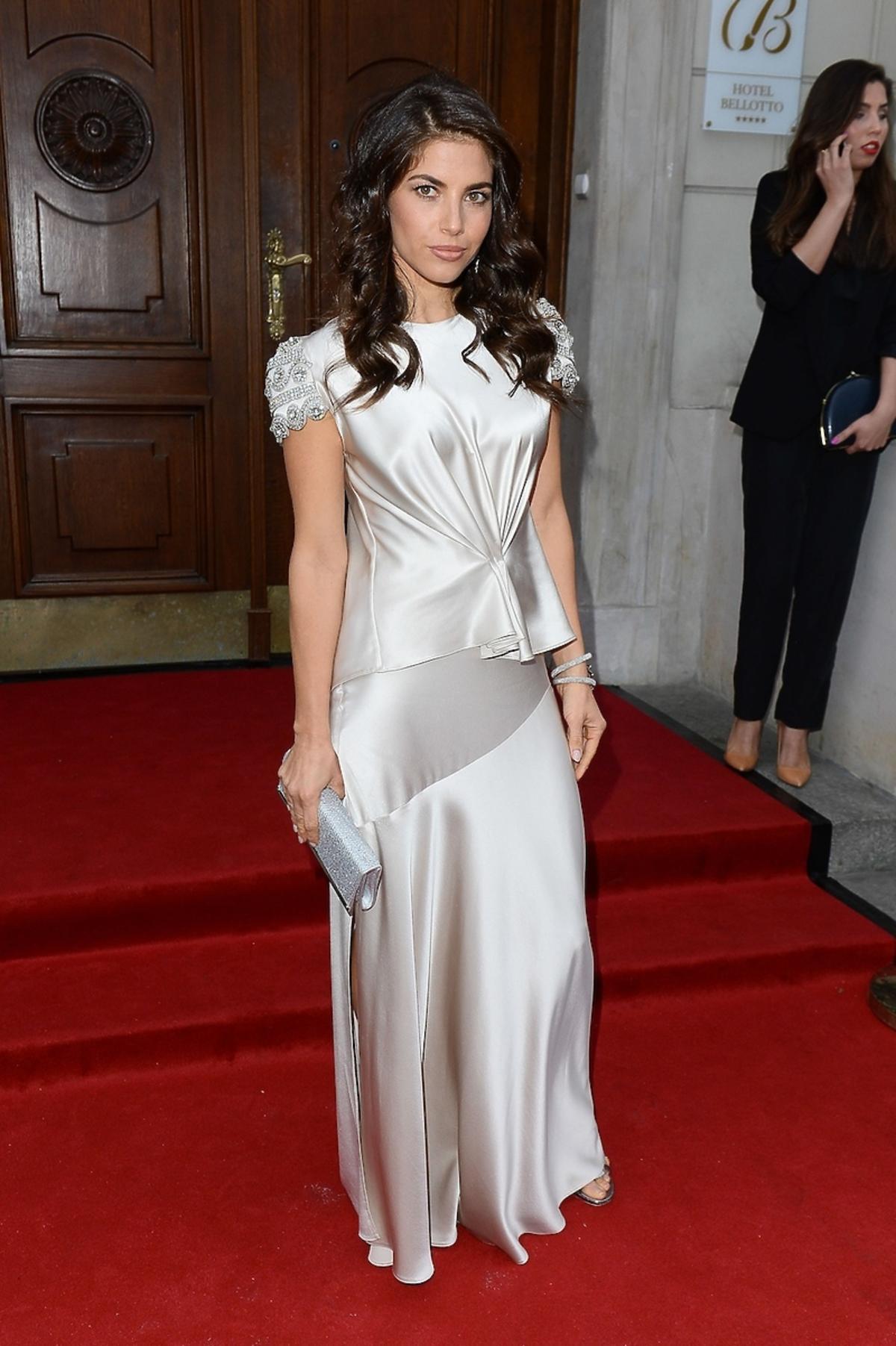 Weronika Rosati w długiej srebrnej sukni