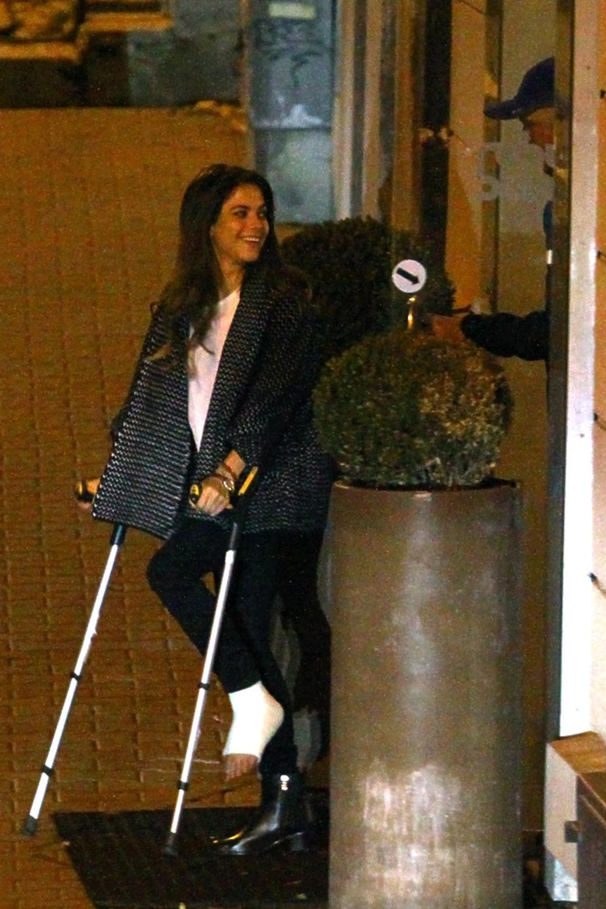 Weronika Rosati wychodzi na ulice o kulach w gipsie