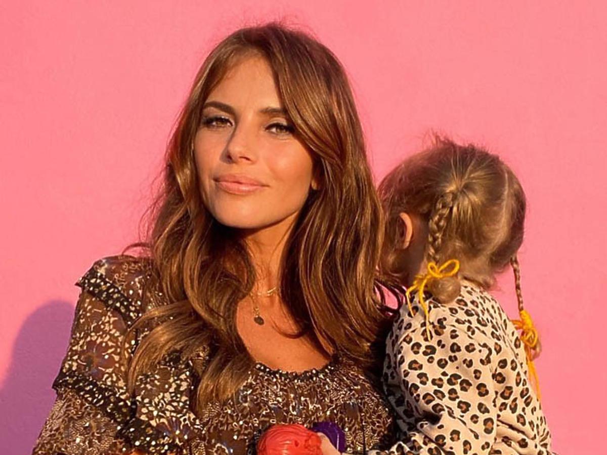 Weronika Rosati z córką na rękach