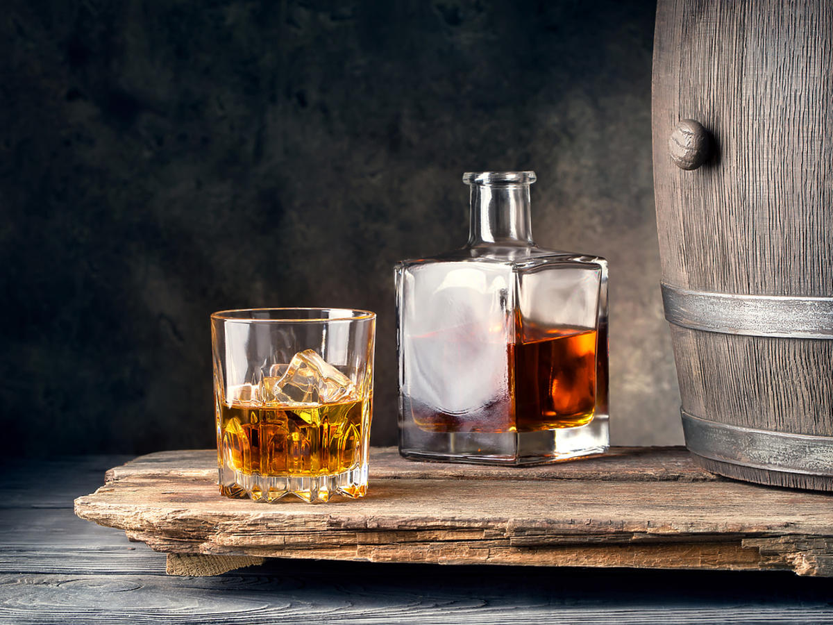 Whiskey w butelce i beczce