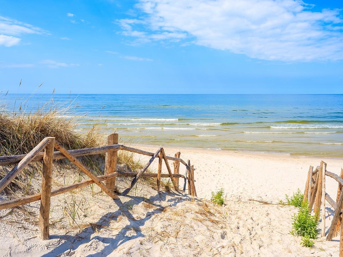 Widok na Bałtyk i piaszczystą plażę.