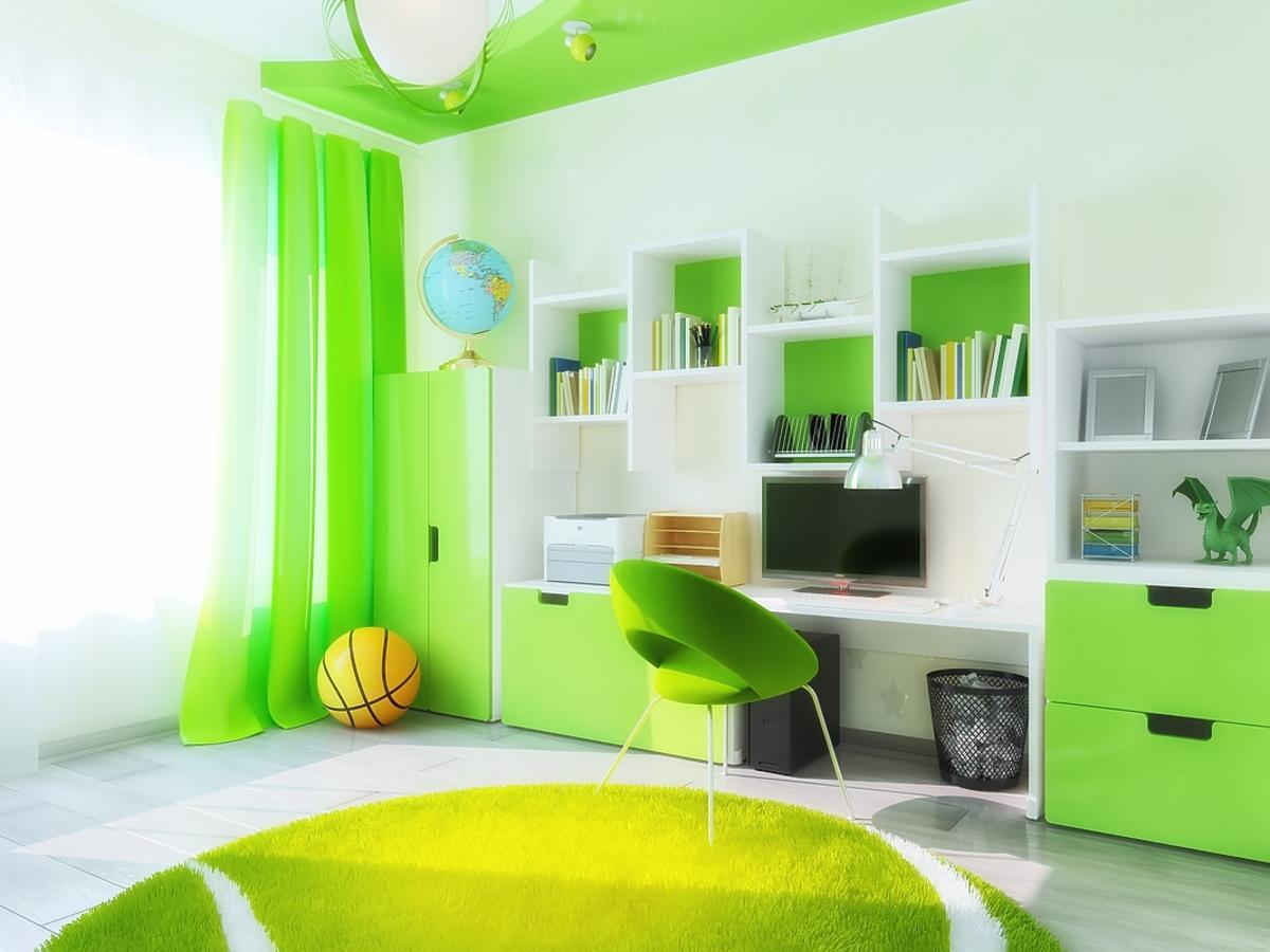 Widok na cały dziecięcy pokój urządzony na zielono.