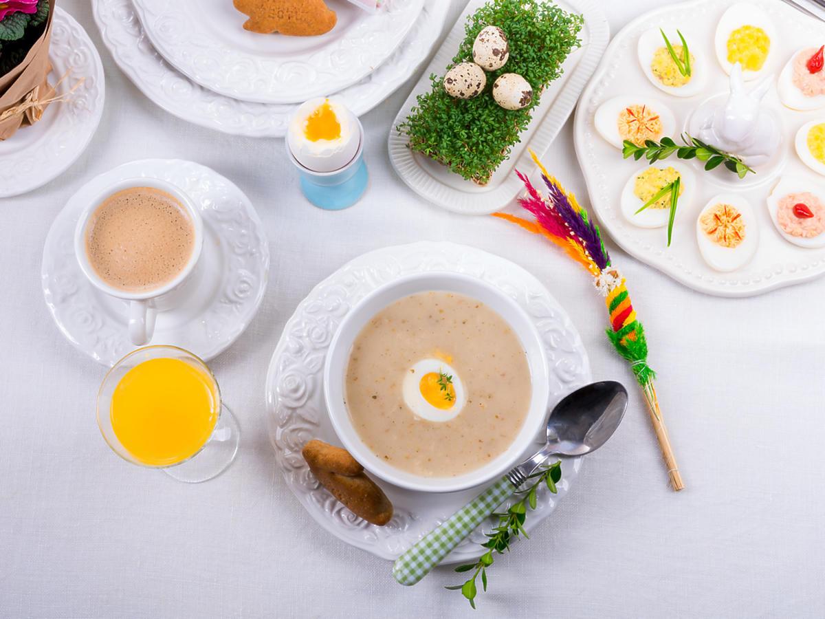 Wielkanocny stół zastawiony potrawami.
