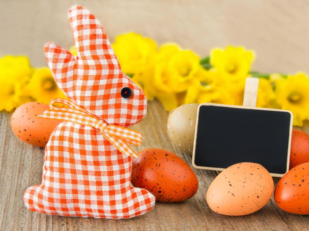 Wielkanocny zajączek przygotowany jako opakowanie na świąteczne cukierki.