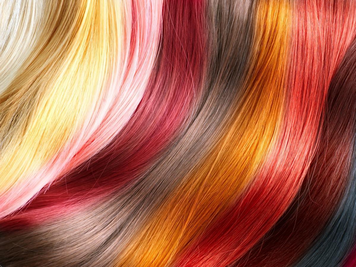 Wielobarwne pasemka pofarbowanych bibułą włosów