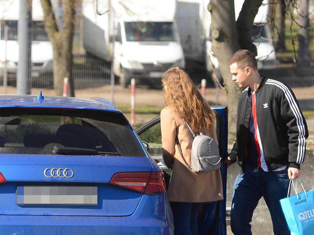 Wiktoria Gąsiewska i Adrian Zdrójkowski wychodzą ze studia TVP
