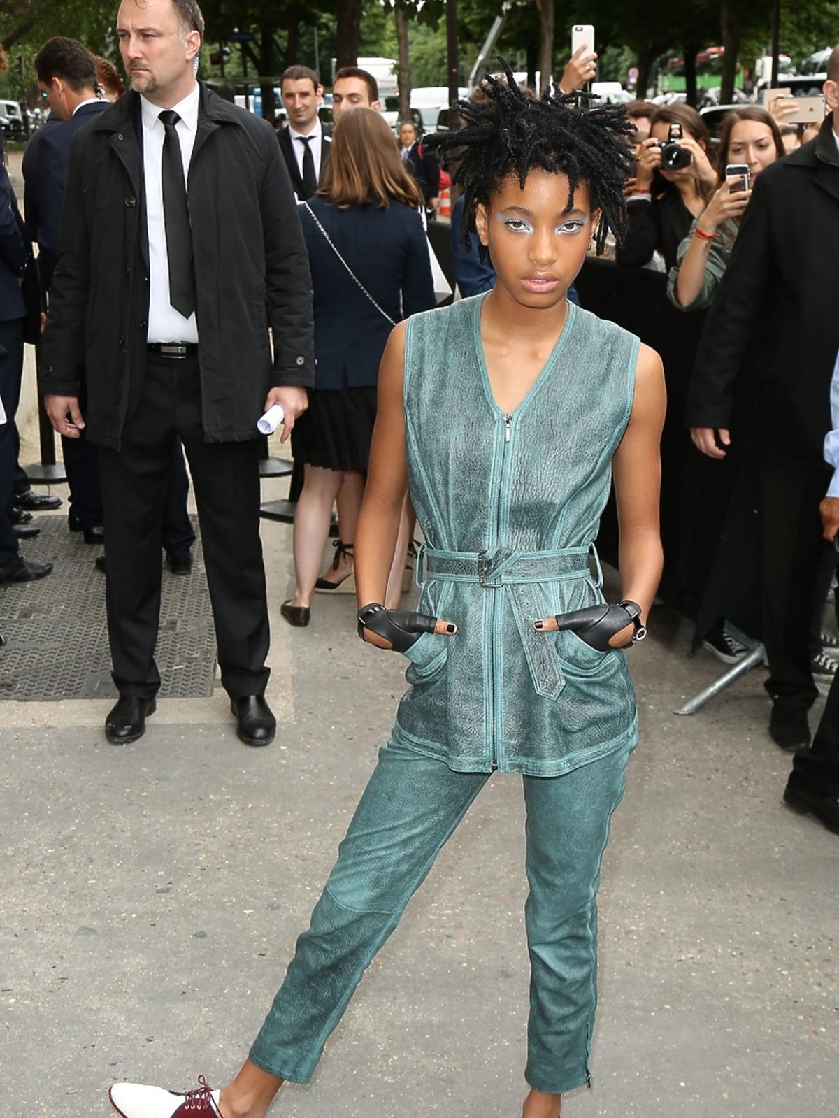 Willow Smith w niebieskim kombinezonie