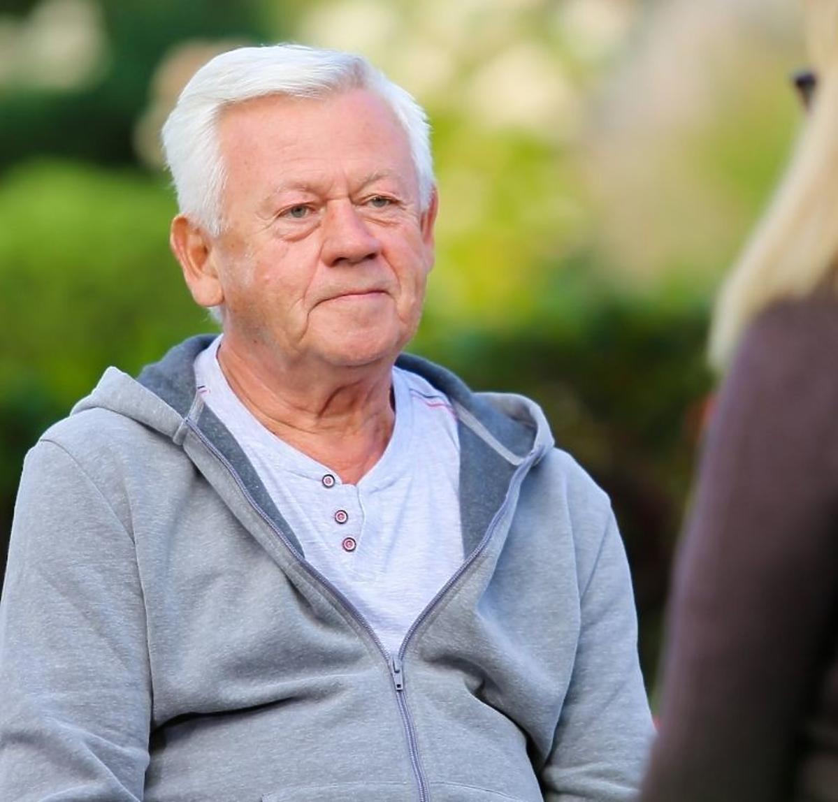 Władysław z Sanatorium miłości w szarej bluzie