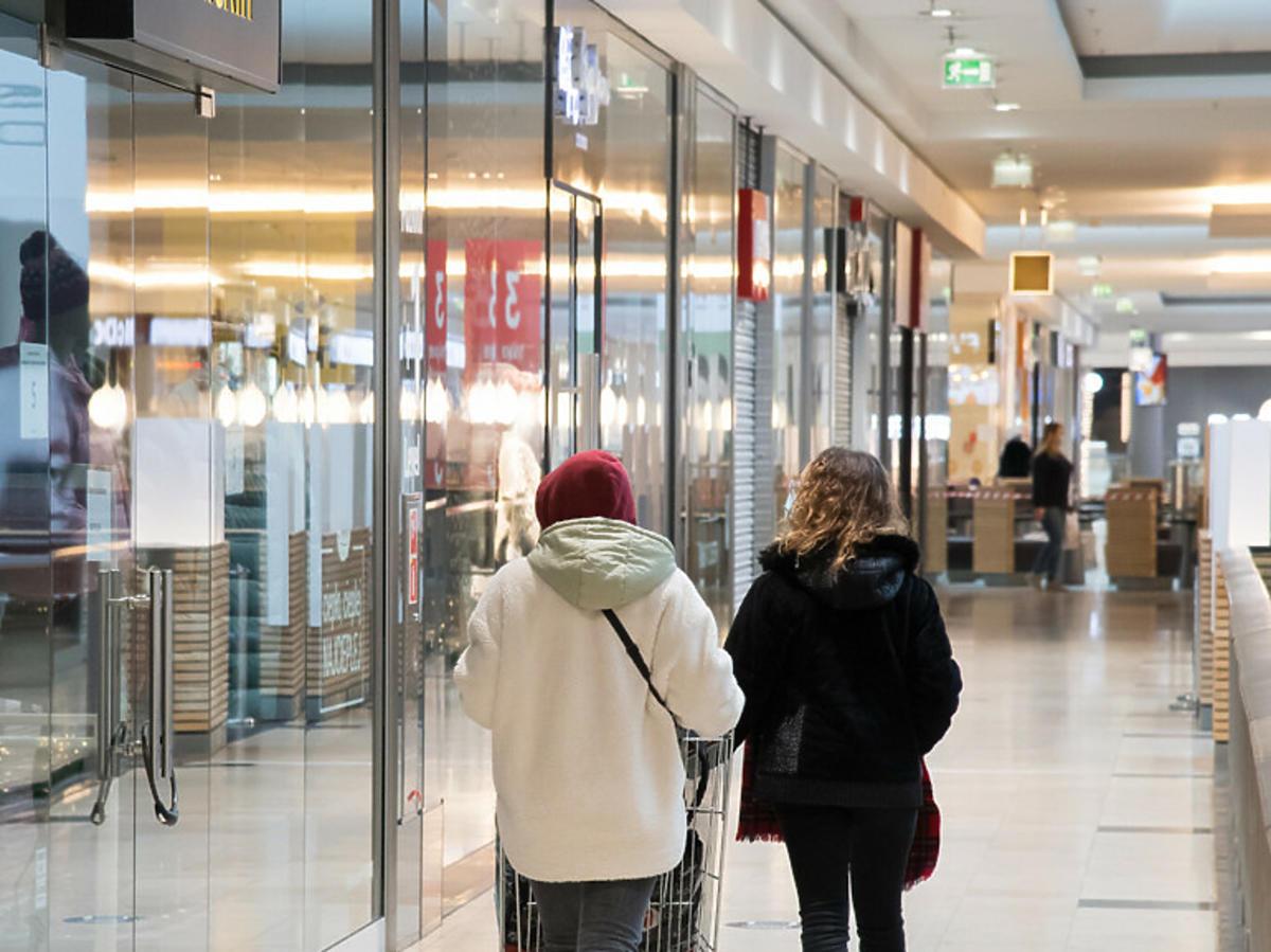 Wnętrze zamkniętej galerii handlowej