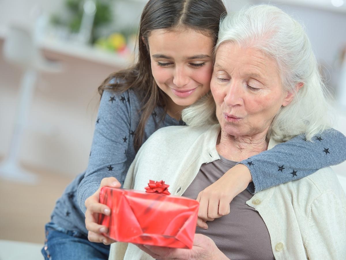 wnuczka wręczająca prezent babci