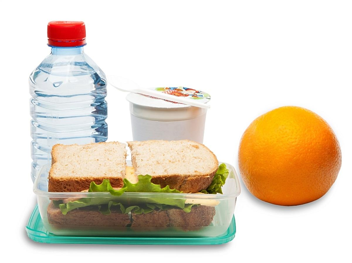 woda, jogurt, owoc i kanapka
