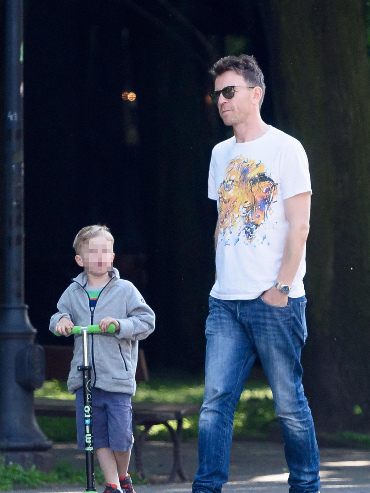 Wojciech Błach na spacerze z synem