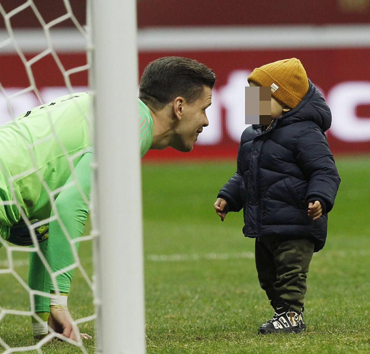 Wojciech Szczęsny z synem na meczu Polska-Słowenia
