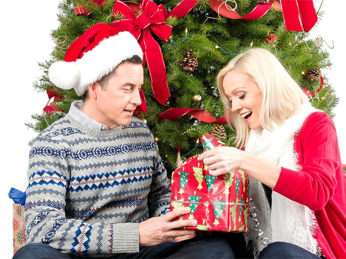 wręczanie kobiecie prezentu przy choince