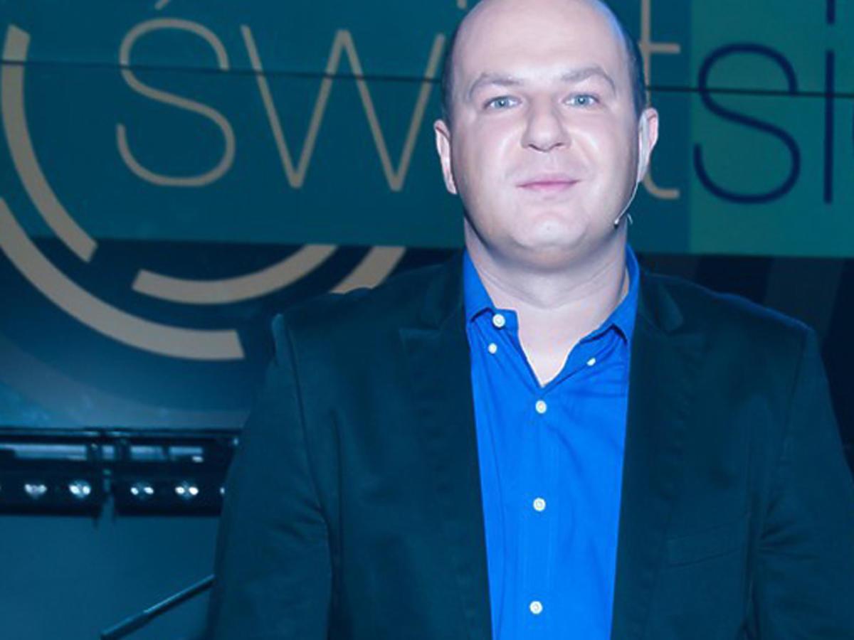 Wróżbita Maciej w niebieskiej koszulce