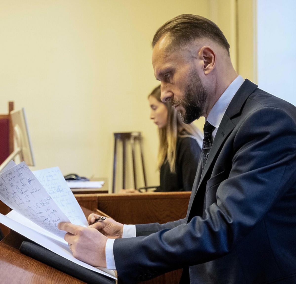 Wychudzony Kamil Durczok w sądzie