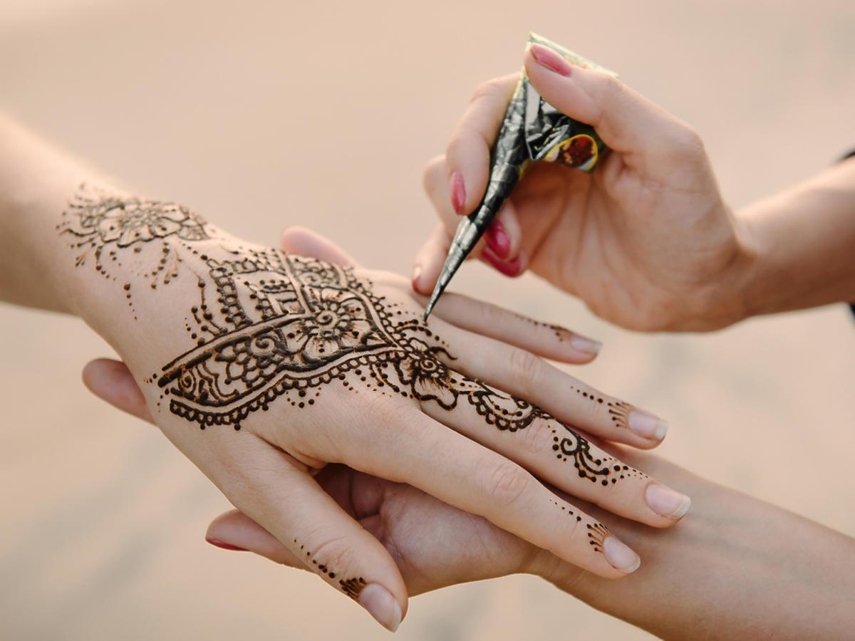 wykonywanie tatuażu z henny