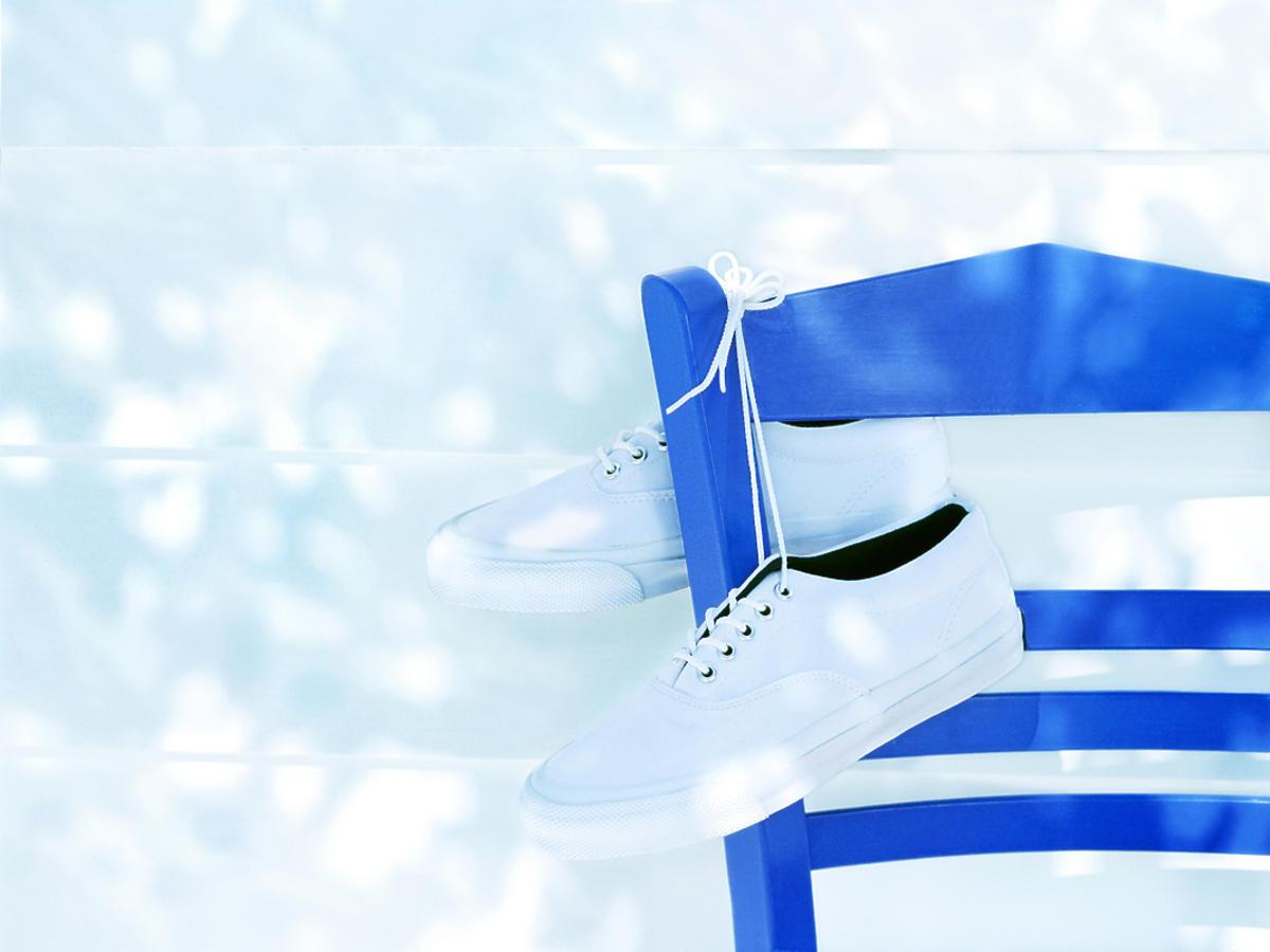 Wyprane buty suszą się na krześle