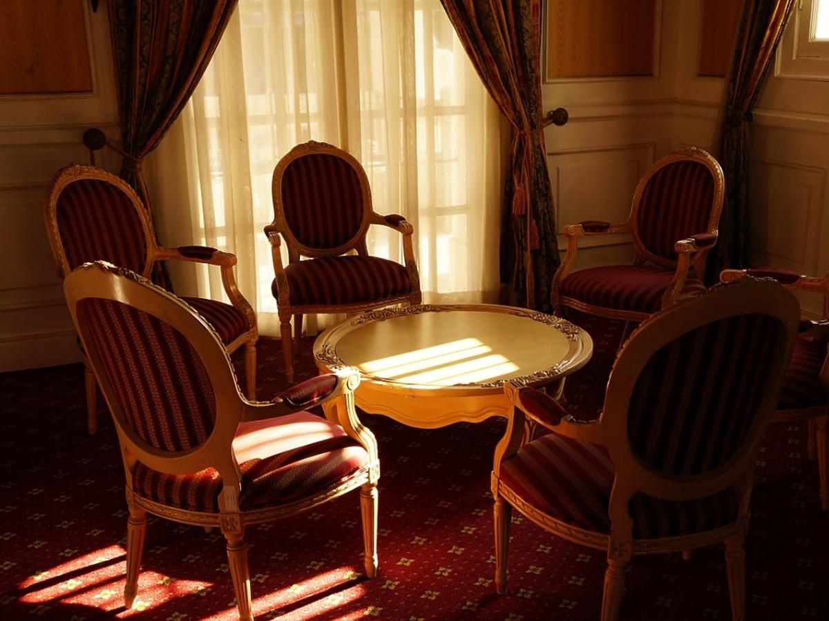 Zabytkowe stół i krzesła