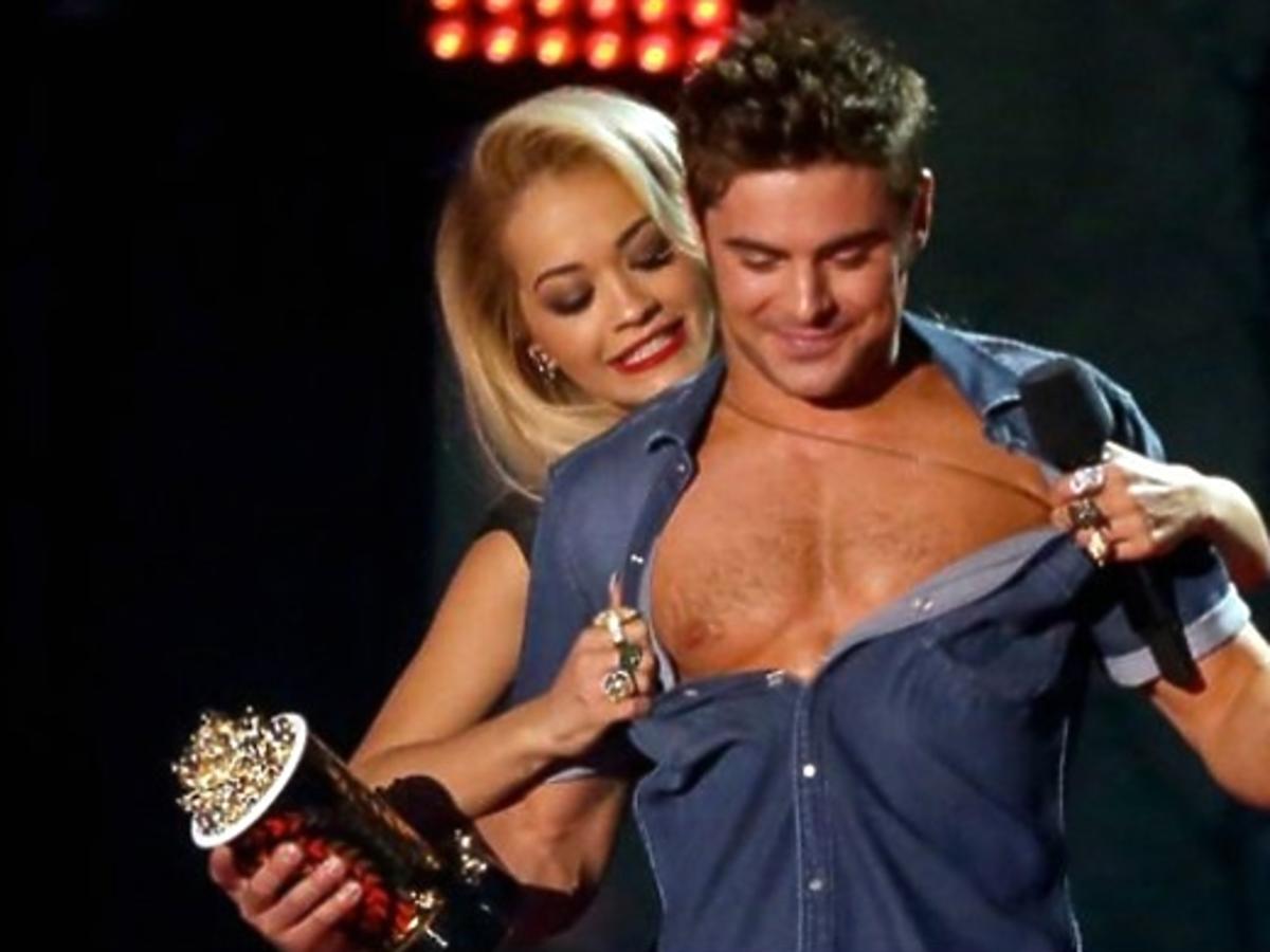 Zac Efron bez koszulki na scenie MTV