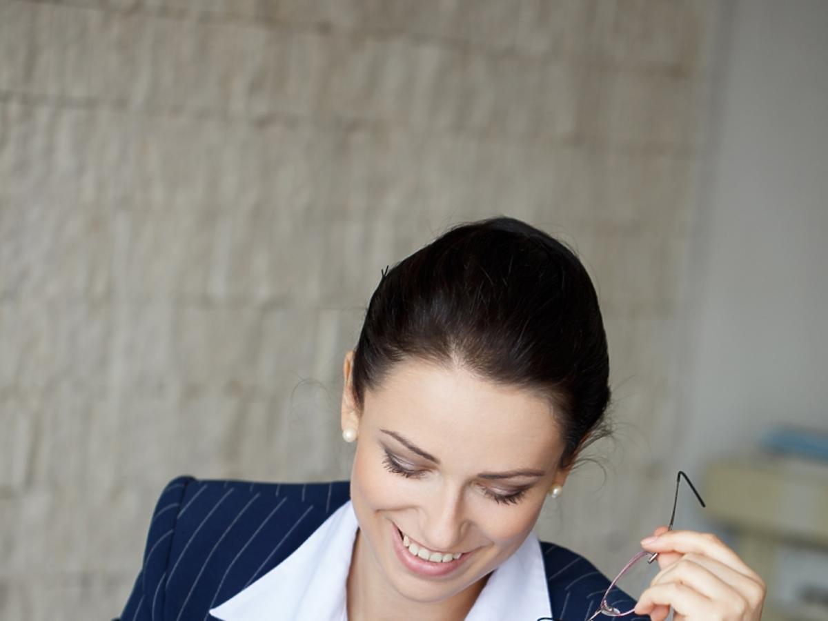zadowolona kobieta pisze wniosek