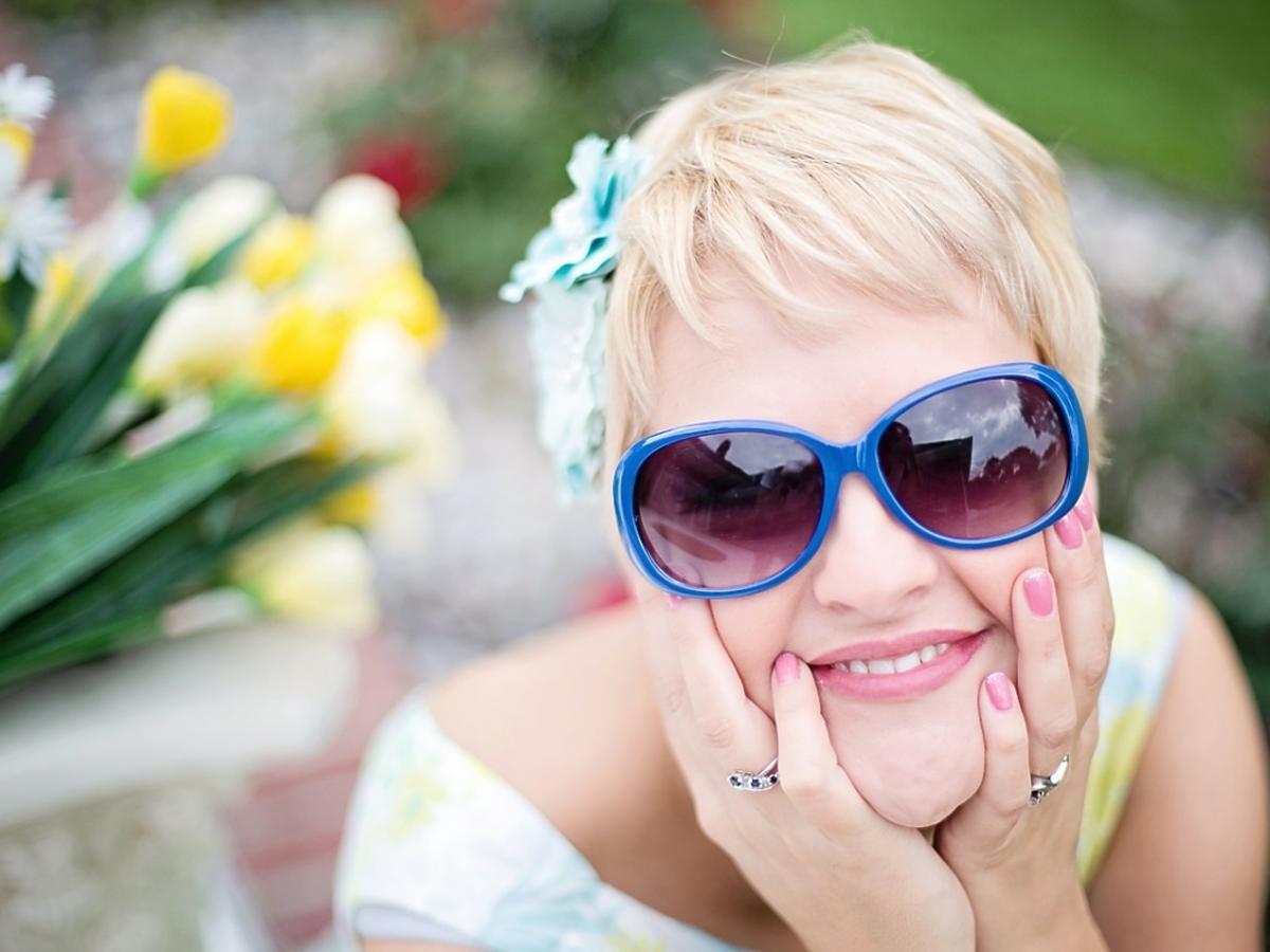 zadowolona-kobieta-w-okularach