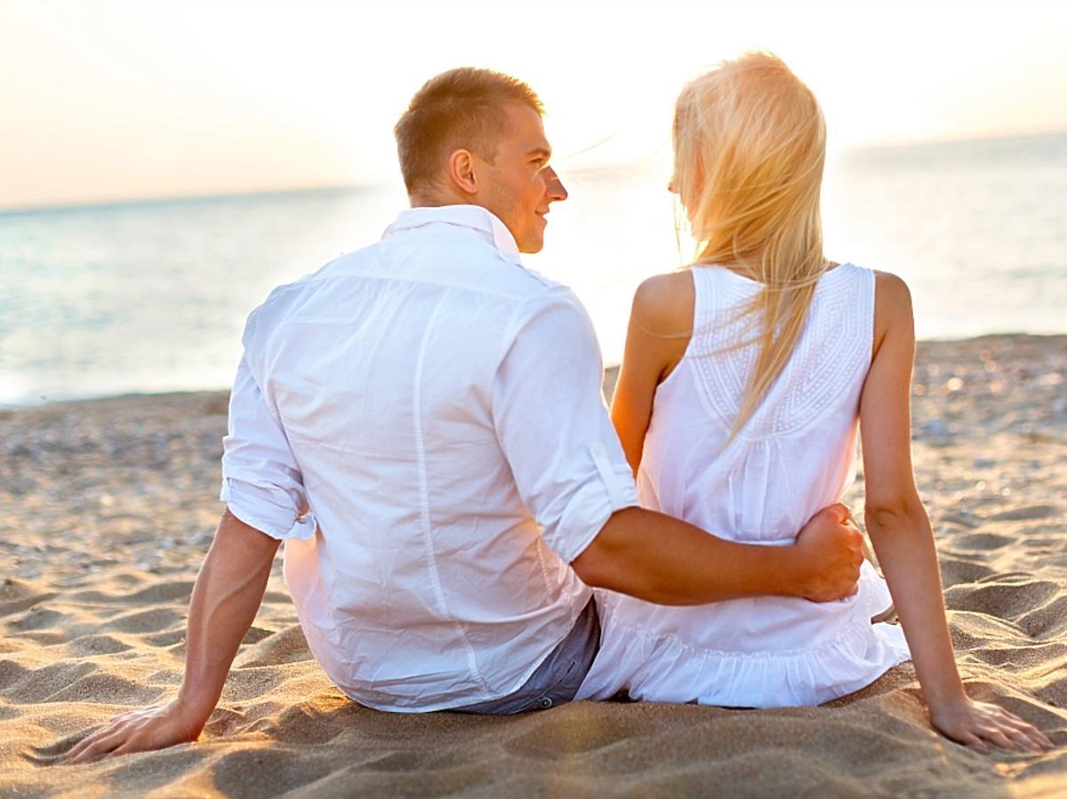 zakochana para na plaży