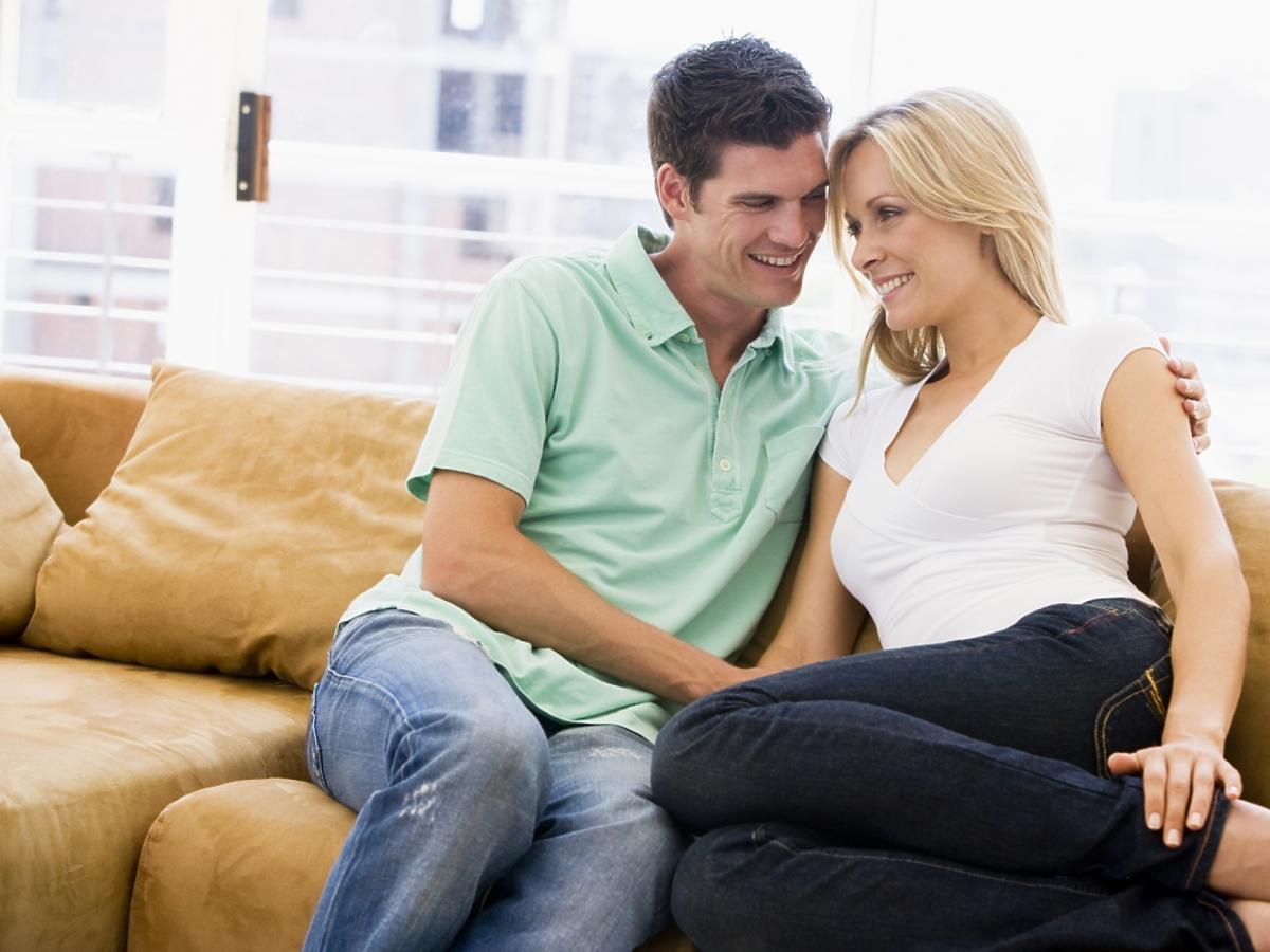 Zakochana para siedzi na kanapie