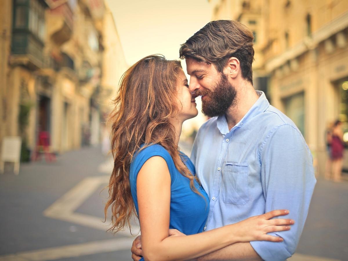 Zakochani mają zamiar pocałować się