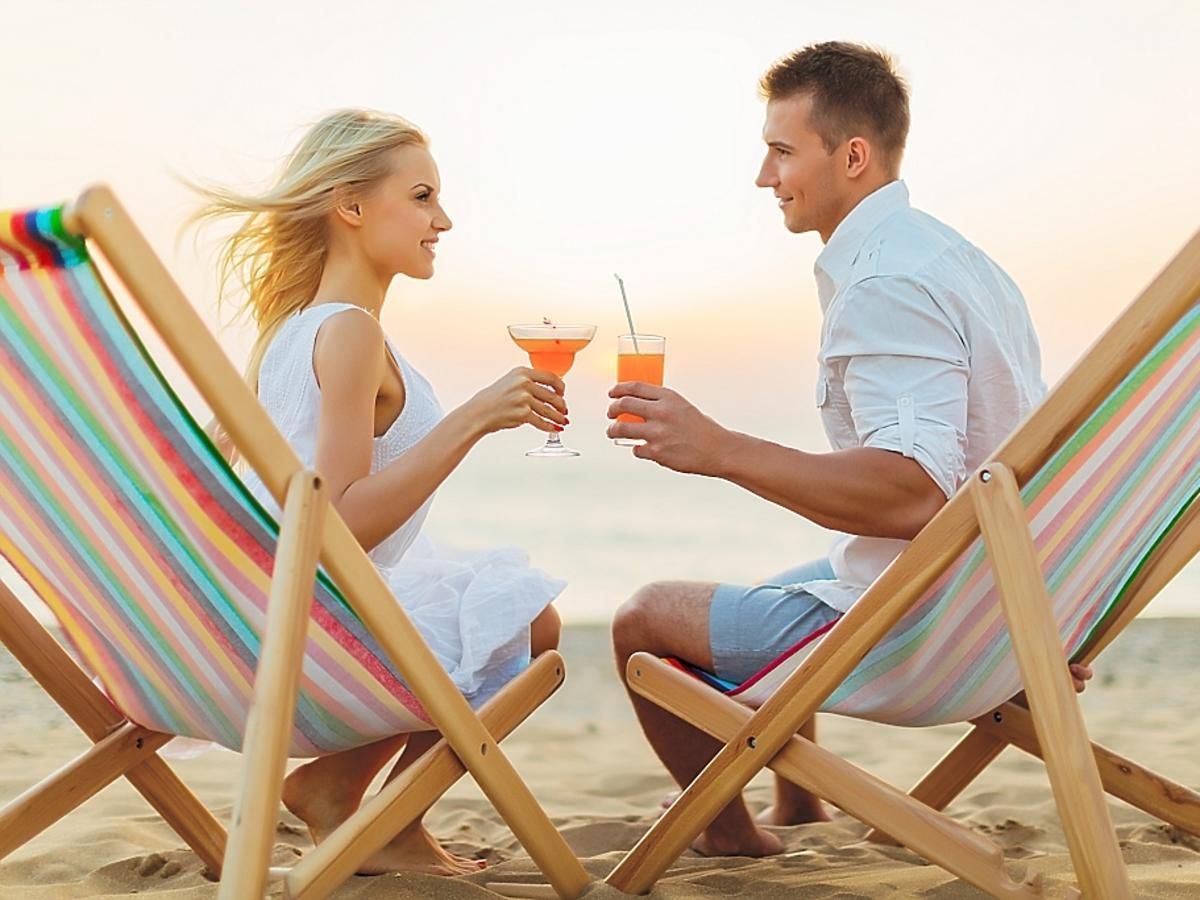 zakochani piją drinki