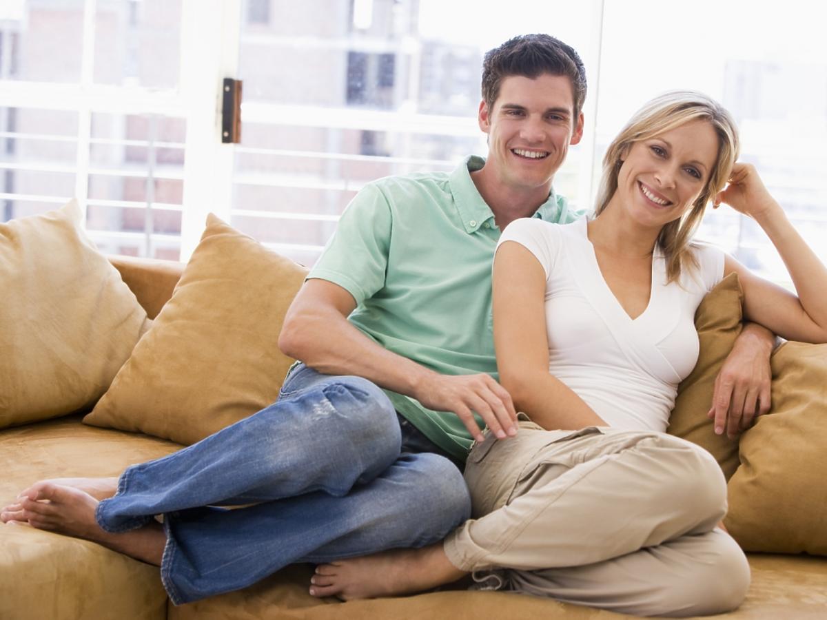 Zakochani siedzą na kanapie