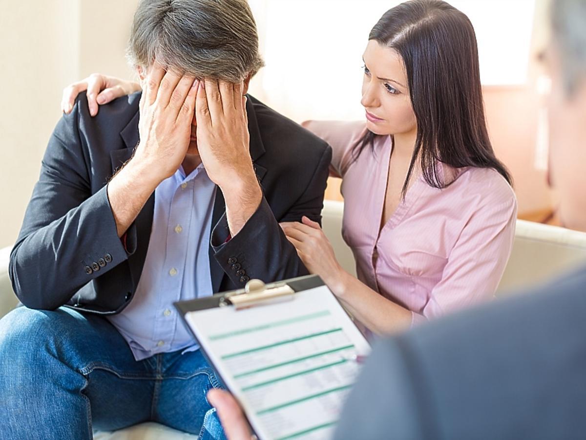 załamany mężczyzna z żoną u psychologa
