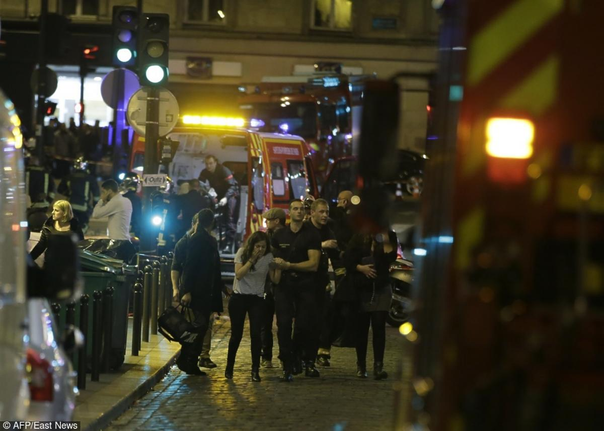 Zamach we Francji policja wyprowadza ofiary