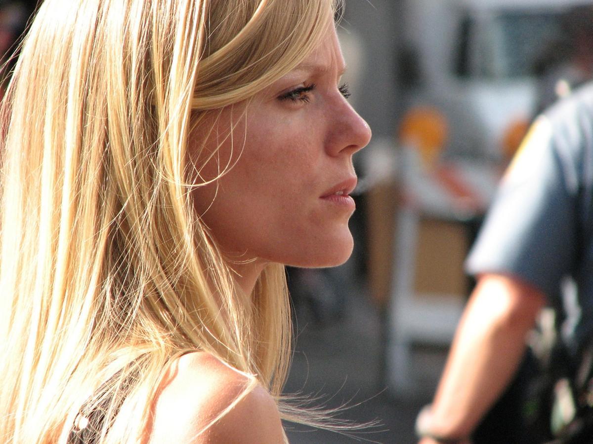 zamyślona blondynka
