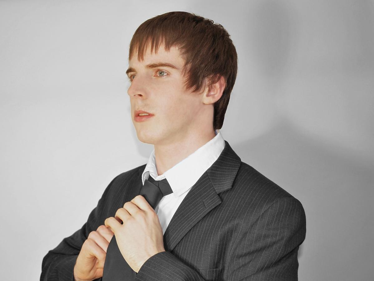 zamyślony mężczyzna w krawacie