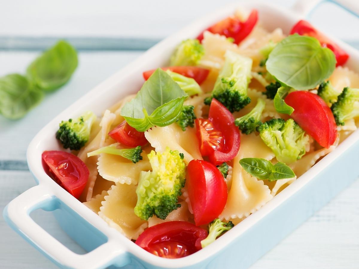Zapiekanka z makaronu i warzyw w białym ceramicznym naczyniu