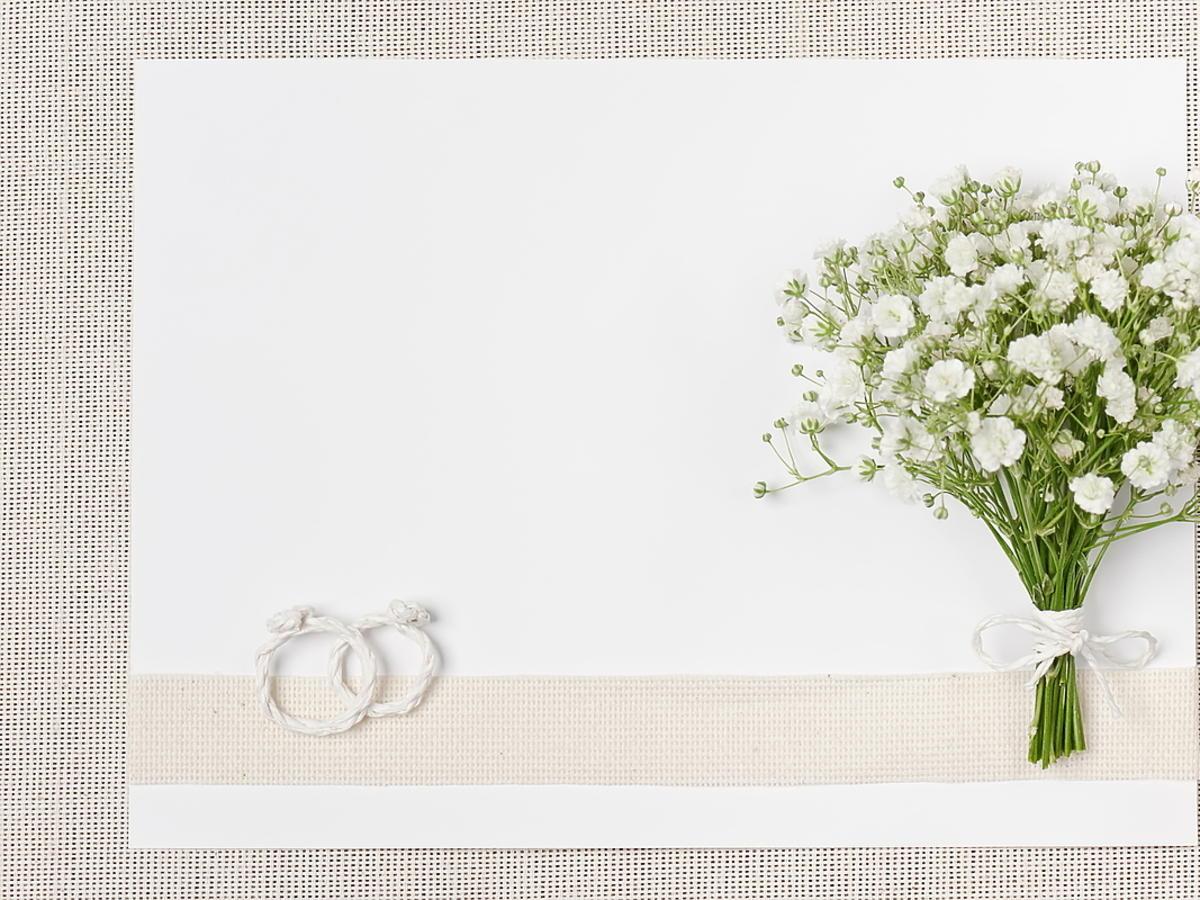 Zaproszenie na ślub leży na stole.