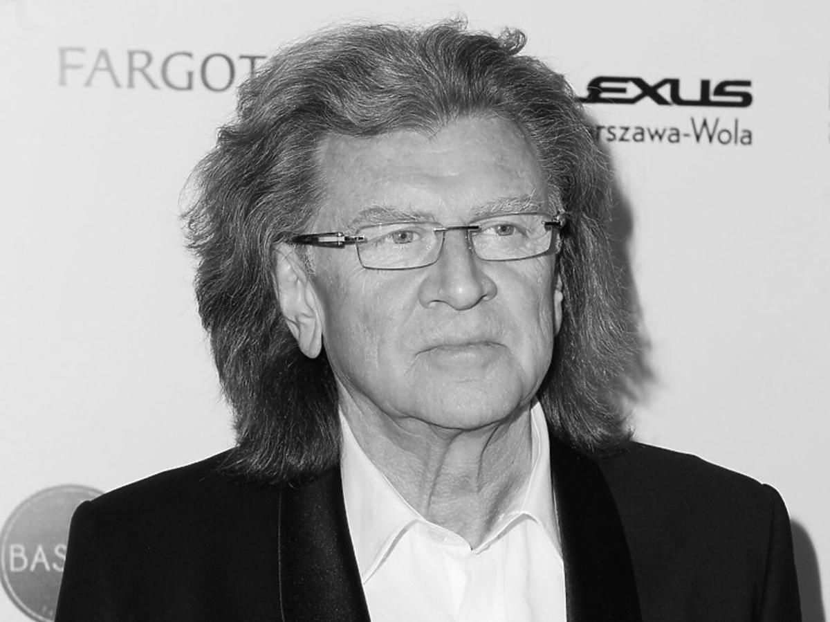 Zbigniew Wodecki spogląda poważnym wzrokiem w bok