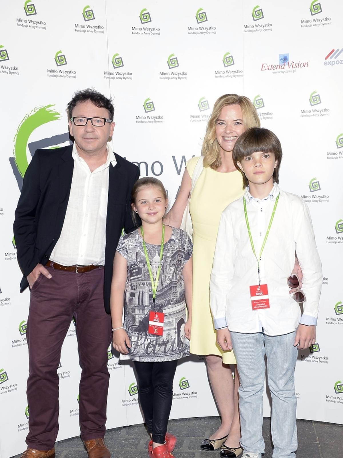 Zbigniew Zamachowski i Monika Richardson z dziećmi na Festiwalu Zaczarowanej Piosenki