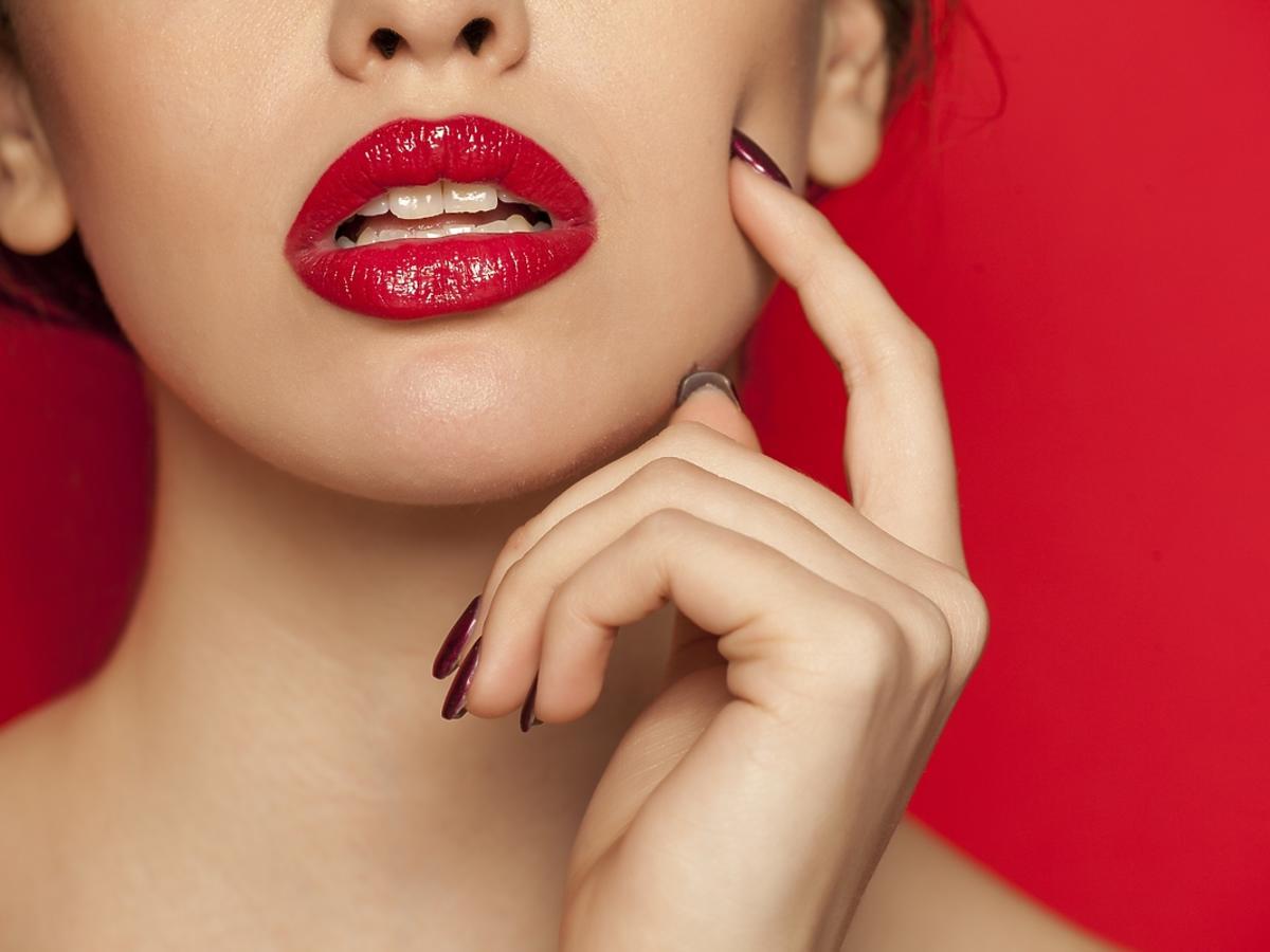 Zbliżenie na kobiece usta pomalowane na czerwono