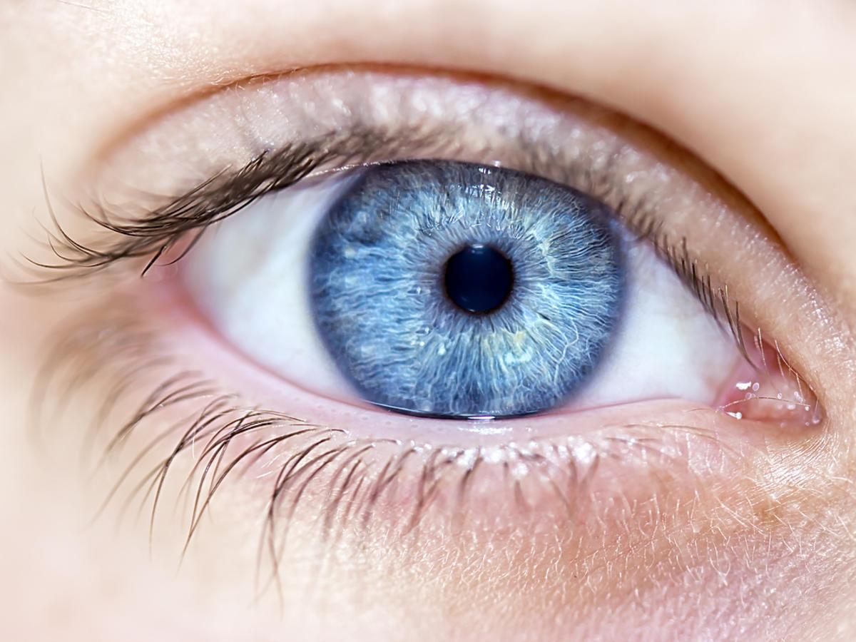 Zbliżenie na niebieskie oko.