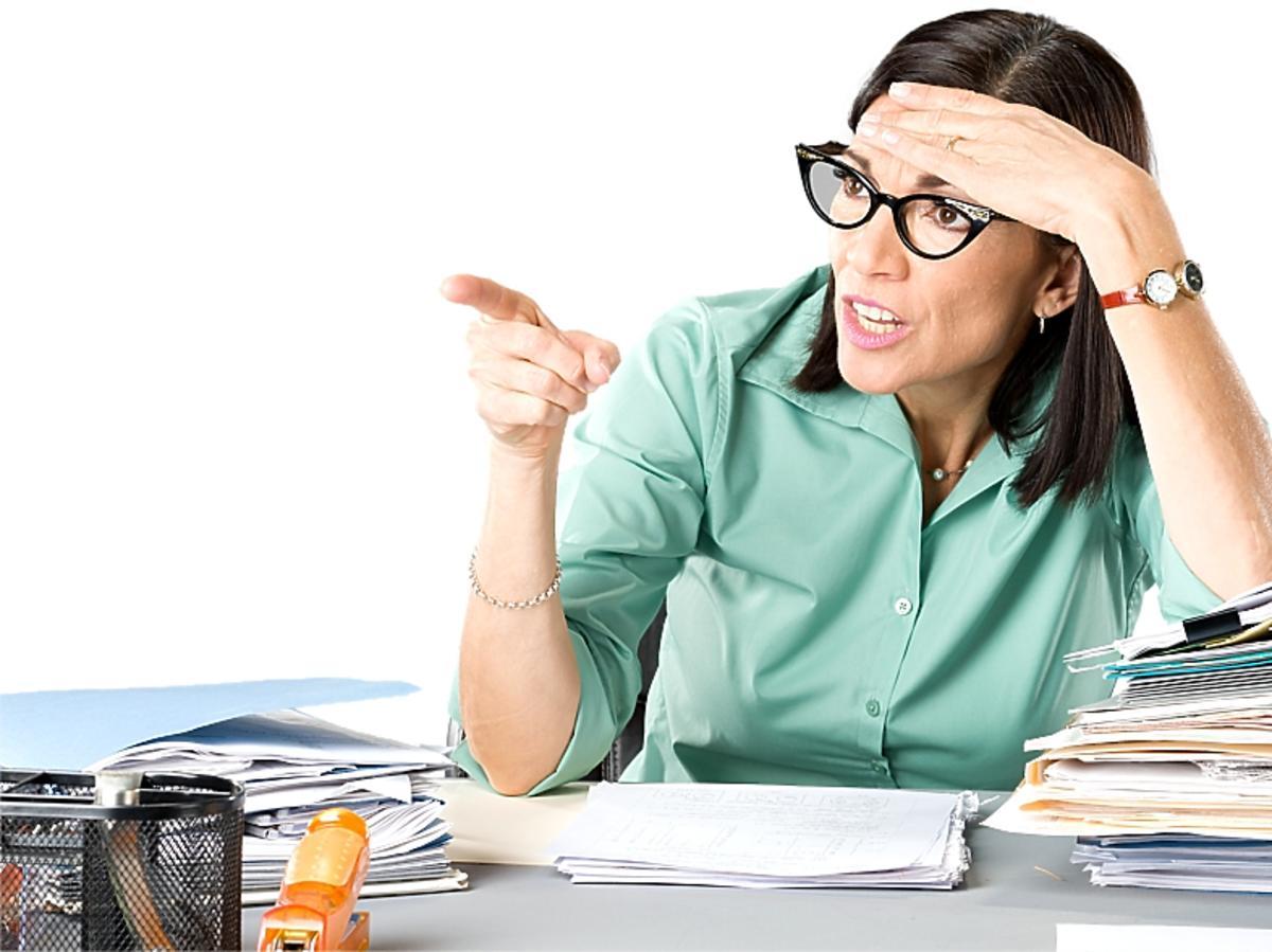 zdenerwowana kobieta nad papierami