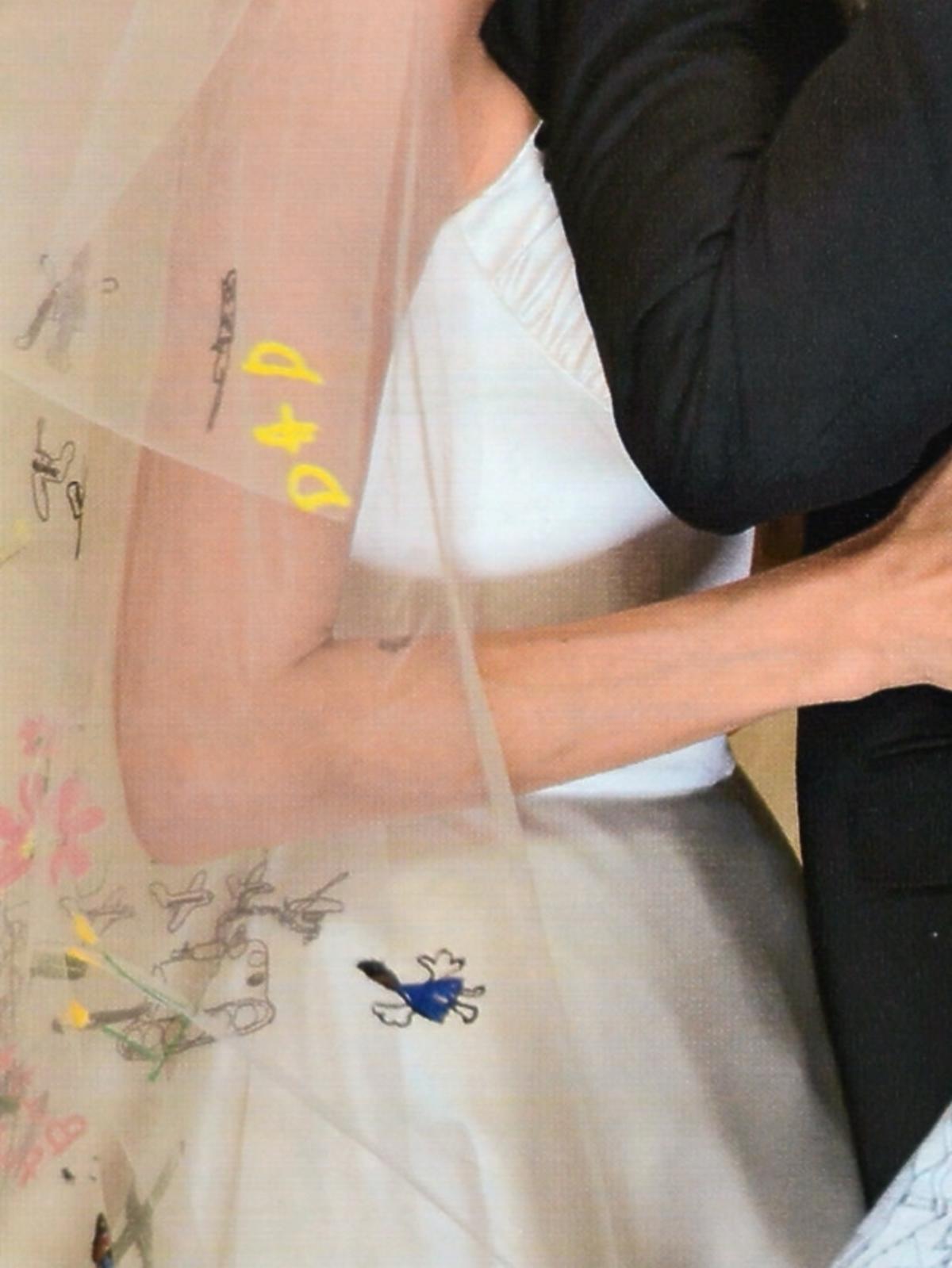 Zdjęcia ze ślubu Angeliny Jolie i Brada Pitta w Hello i People. Suknia ślubna Angeliny