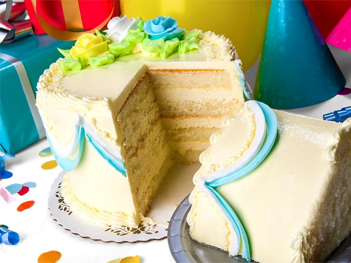 zdobiony tort urodzinowy