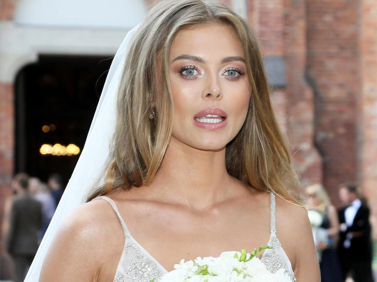 Zdziwiona Joanna Opozda w sukni ślubnej