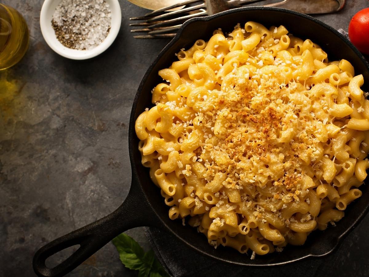 Żeliwne naczynie z makaronem z zapieczonym z serem.