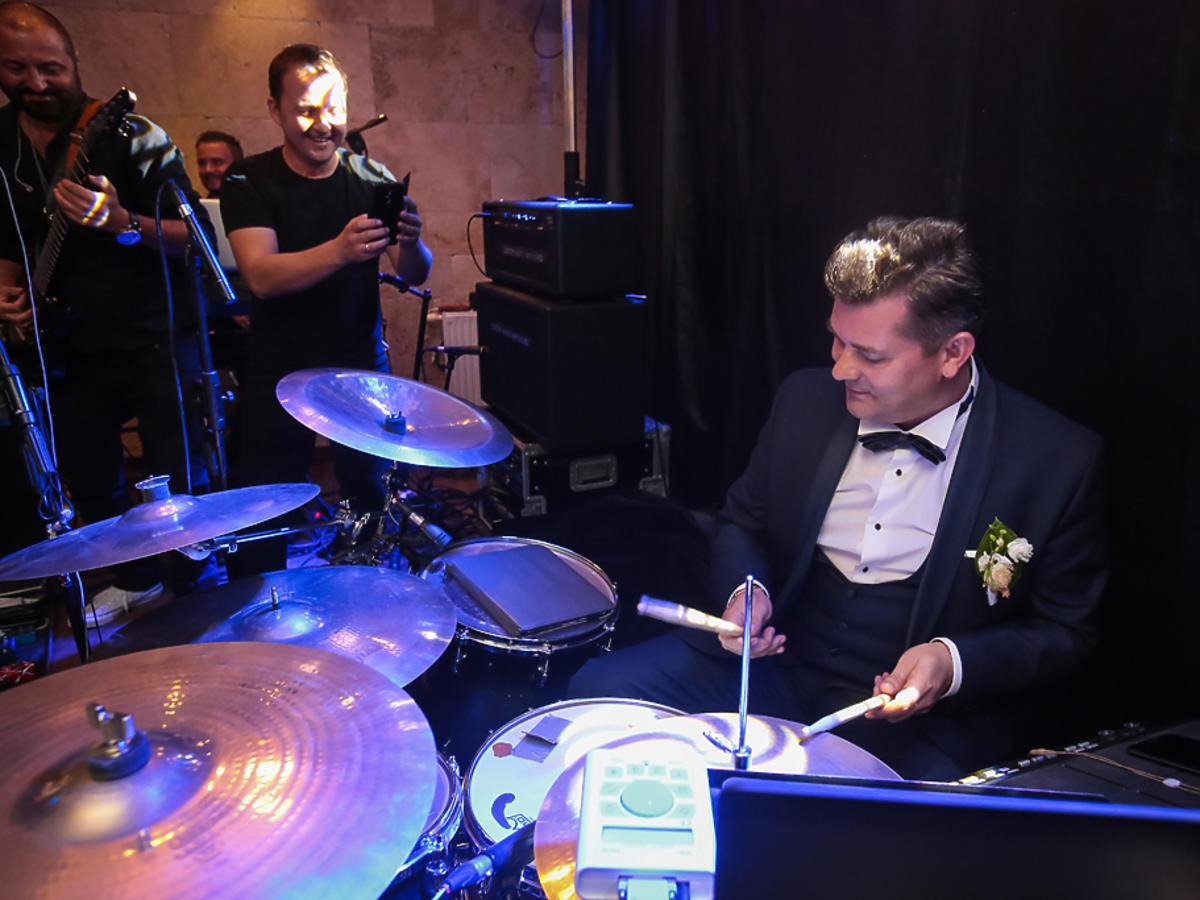 Zenek Martyniuk gra na perkusji na weselu syna