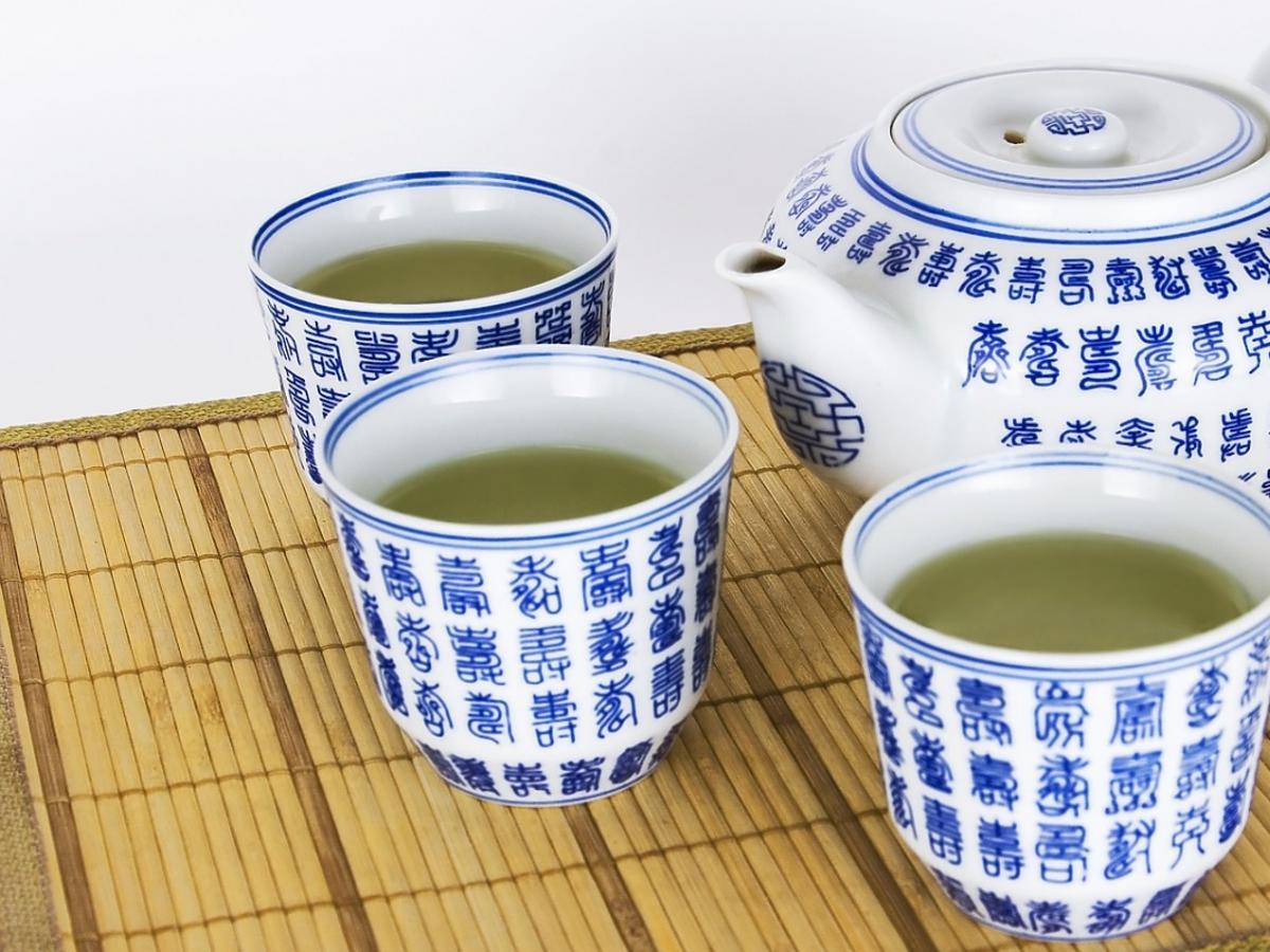 zielona herbata w porcelanowych kubkach